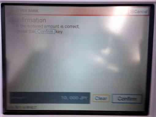 セブン銀行ATMで現金を引き出す9
